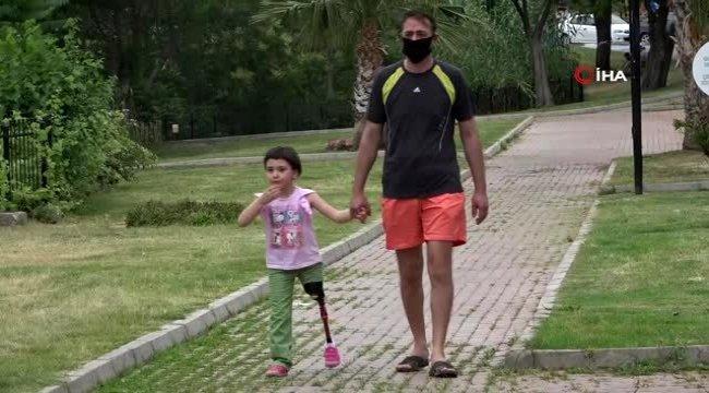 Antalya'da sol bacağını kaybeden minik Özge ilk kez sokağa çıktı