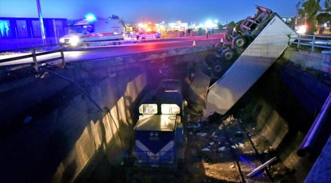 Mersin'de üst geçitten yük treninin üzerine düşen tırın şoförü yaralandı