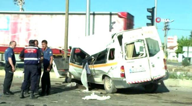 Tarım işçilerini taşıyan minibüs kaza yaptı: 14 yaralı