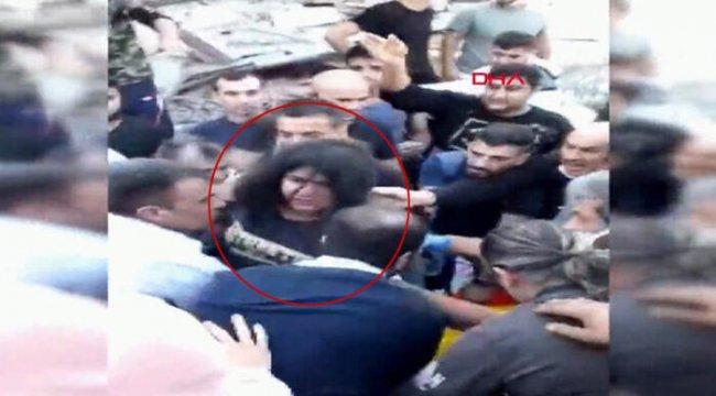 İzmir'de şiddetli deprem: Yaralıların enkaz altından çıkarılması kamerada