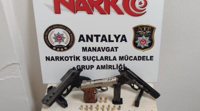 Şüpheli araçta silah ve uyuşturucu madde ele geçirildi