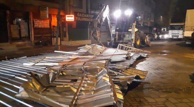 İstanbul'u lodos vurdu: Zeytinburnu'nda uçan çatı dört aracı kullanılamaz hale getirdi